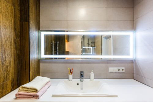 bathroom with mirrored splashback